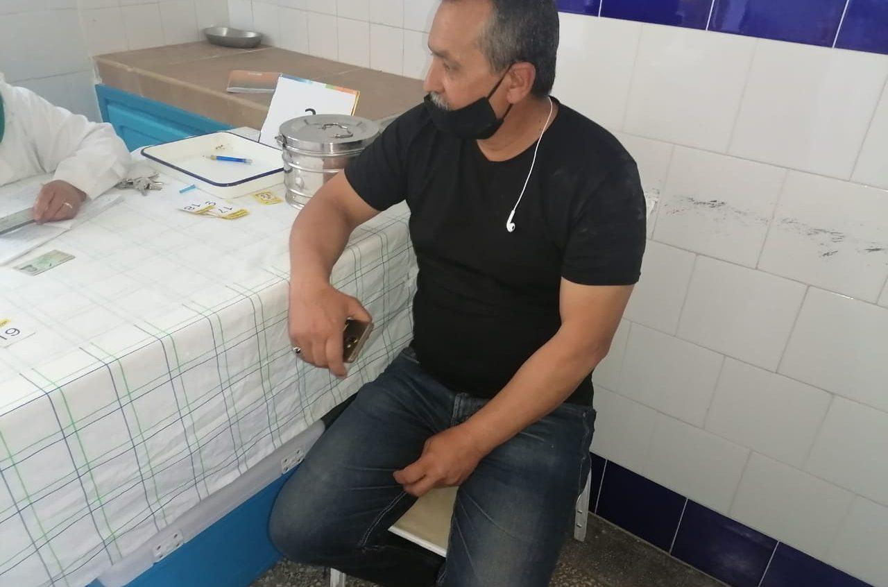 نورالدين لماع مراسلنا الصحفي والحقوقي بالجمعية الوطنية للدفاع عن حقوق الانسان بالمغرب يتلقى الحقنة الأولى ضد فيروس كورونا بالجديدة